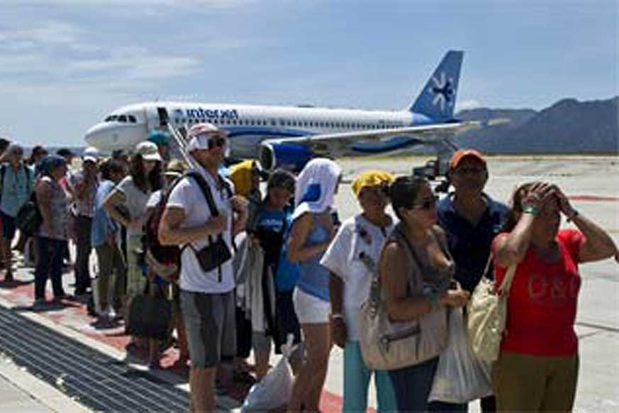 Lines of stranded tourists waiting to leave Los Cabos after Odile
