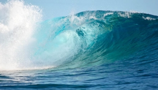 Huge Pacific wave rolls into the beach in Baja California Sur