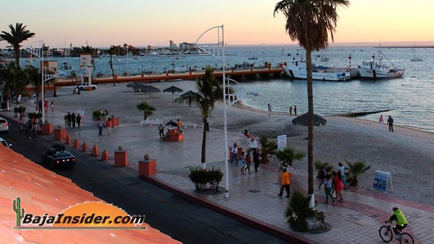 Folks strolling the La Paz Maelcon at Sunet